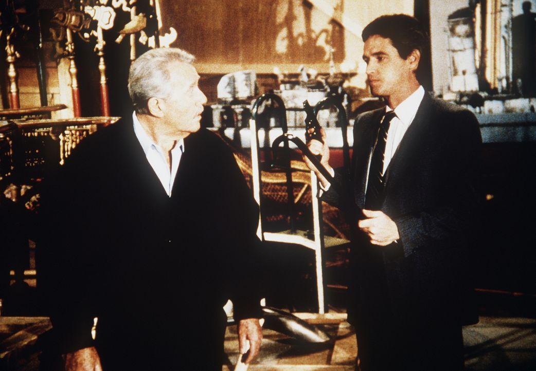 Warum will Quisguard (Andrew Masset, r.), ein hoher US-Beamter, Harry (Howard Duff, l.) töten?