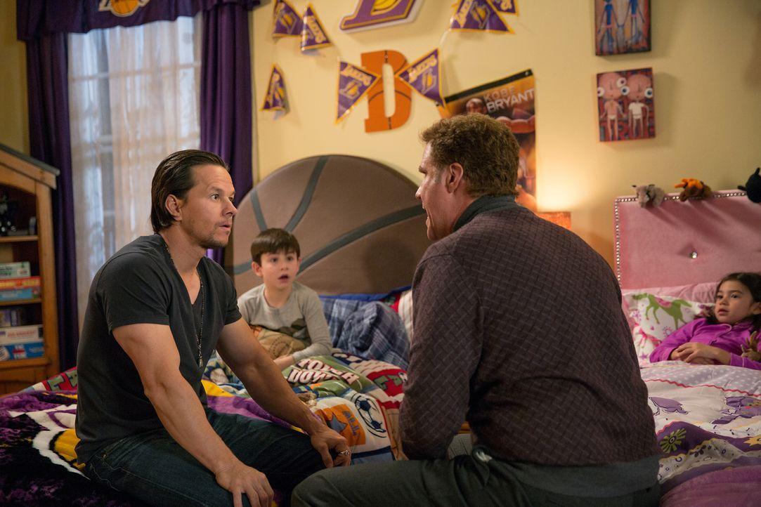 Kämpfen unermüdlich um die Gunst von Dylan (Owen Vaccaro, 2.v.l.) und Megan (Scarlett Estevez, r.): der biologische Vater Dusty (Mark Wahlberg, l.)... - Bildquelle: (2017) Paramount Pictures.