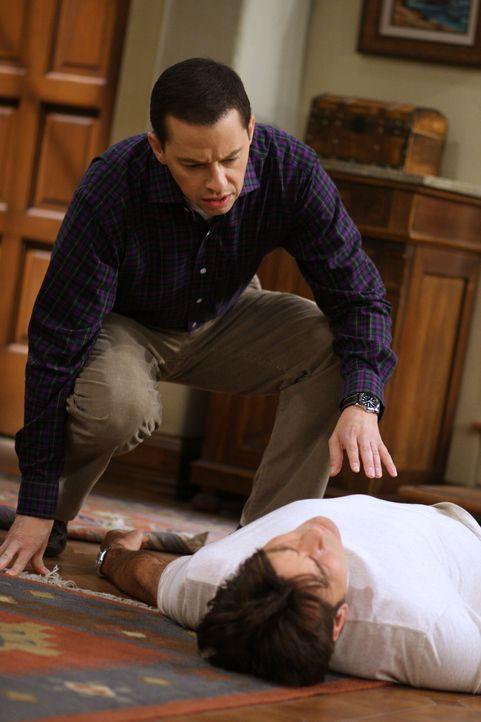 Alan (Jon Cryer, l.) macht sich Sorgen um Charlie (Charlie Sheen, r.), der von der Treppe gestürzt ist, während sein Sohn Jake sein Chance wittert,... - Bildquelle: Warner Brothers Entertainment Inc.