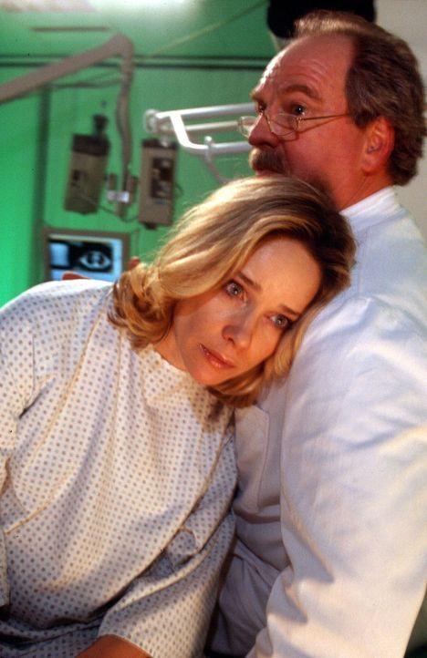 Prof. Riewa (Friedrich von Thun, r.) teilt Annette (Ann-Kathrin Kramer, l.) mit, dass die Entwicklung ihres Kindes gefährdet ist, und schlägt ihr... - Bildquelle: Sat.1