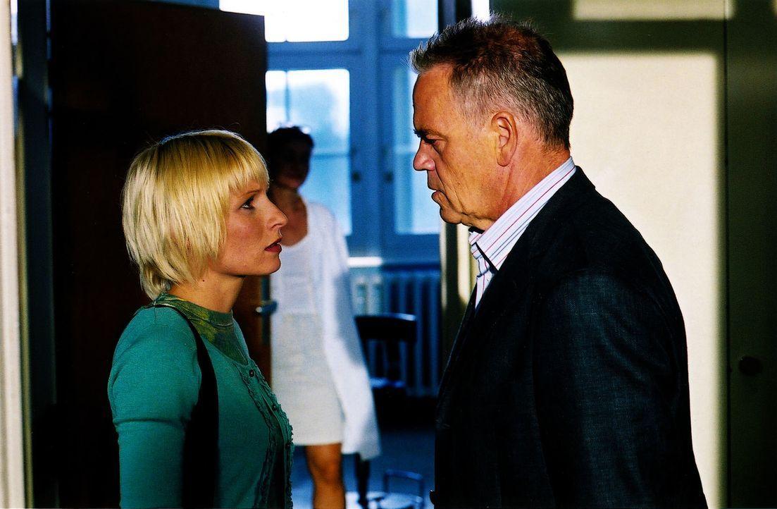 Wolff (Jürgen Heinrich, r.) holt Verena (Nadine Seiffert, l.) von der Untersuchung aus der Arztpraxis ab. - Bildquelle: Claudius Pflug Sat.1