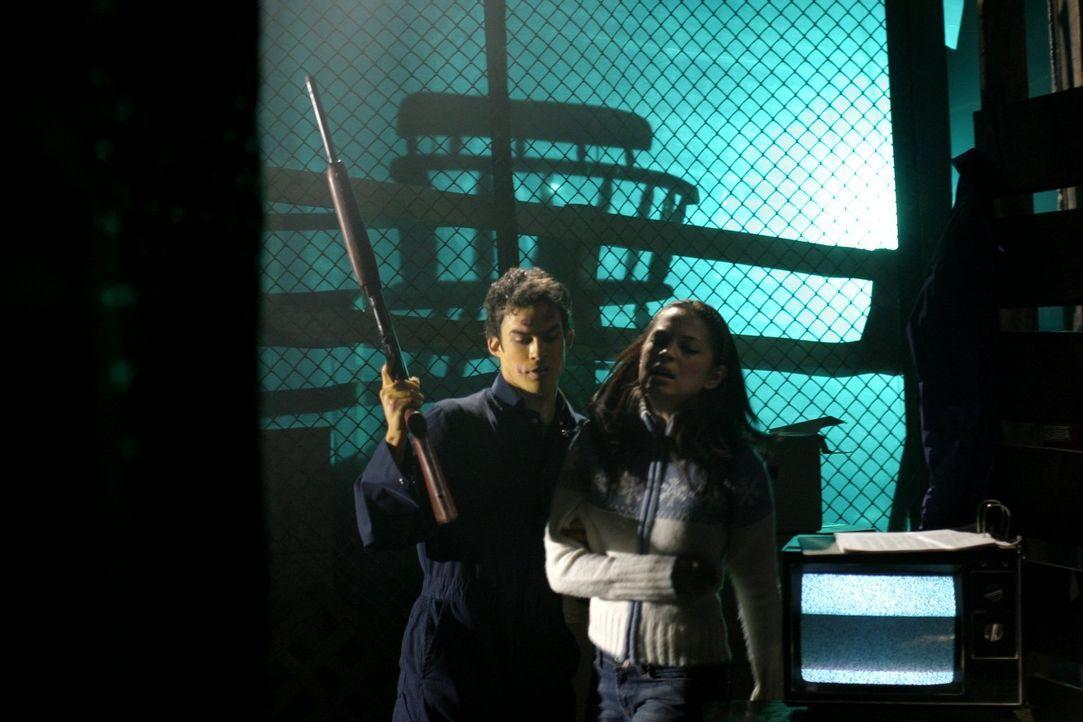 Was hat Adam Knight (Ian Somerhalder, l.) bloß mit Lana (Kristin Kreuk, r.) vor? - Bildquelle: Warner Bros.