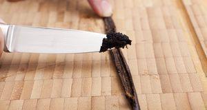 Mit frischem Vanillemark wird der Eierlikör besonders lecker.