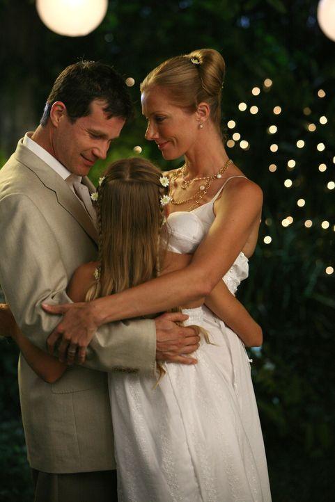 Annie (Kelsey Lynn Batelaan, M.) freut sich, dass ihre Eltern Sean (Dylan Walsh, l.) und Julia (Joely Richardson, r.) wieder glücklich sind ... - Bildquelle: TM and   2004 Warner Bros. Entertainment Inc. All Rights Reserved.