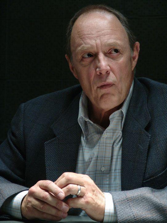 Hat Bud (Harry Johnson) etwas mit dem Mord aus dem Jahre 1969 zu tun? - Bildquelle: Warner Bros. Television