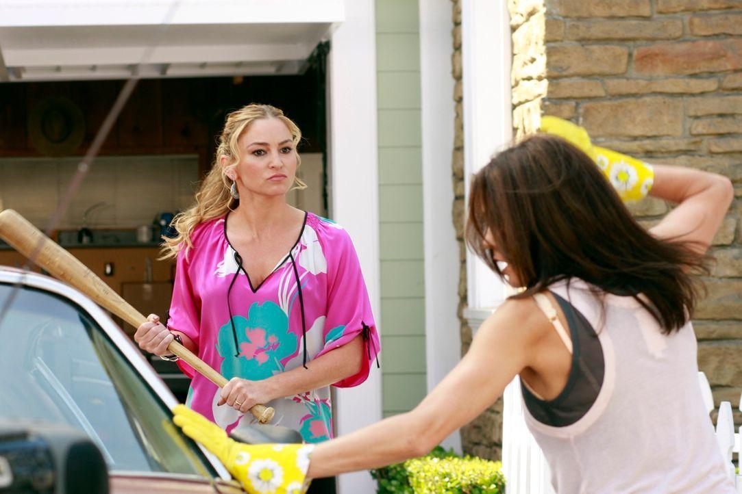 Susan (Teri Hatcher, r.) platzt der Kragen, als sie sieht, dass Danny wieder von der Polizei entlassen wurde. Angie (Drea de Matteo, l.) kann sie ge... - Bildquelle: ABC Studios