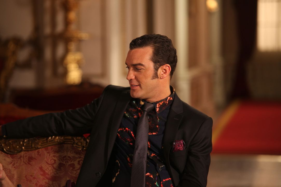 Gemeinsam mit Königin Helena versucht Prinz Cyrus (Jake Maskall) alles, um die Monarchie für ihre Zwecke zu erhalten. Doch König Simon hat einen and... - Bildquelle: Tim Whitby 2014 E! Entertainment Media LLC/Lions Gate Television Inc.
