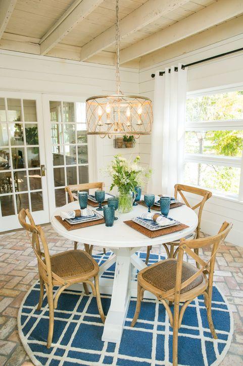 Farblich scheint die Umwandlung perfekt, denn Kundin Stacies Lieblingsfarben sind weiß und blau. Aber wird auch der extravagante Style des renoviert... - Bildquelle: Rachel Whyte 2015, HGTV/ Scripps Networks, LLC.  All Rights Reserved.