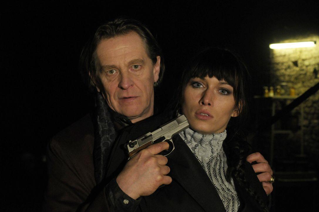 """Erst zu spät erkennen Tim und Anna (Sylta Fee Wegmann, r.), dass Alexandre Legrande (Helmut Rühl, l.) nicht an einem """"Serienmörder- Souvenir"""" int... - Bildquelle: Katrin Knoke ProSieben"""