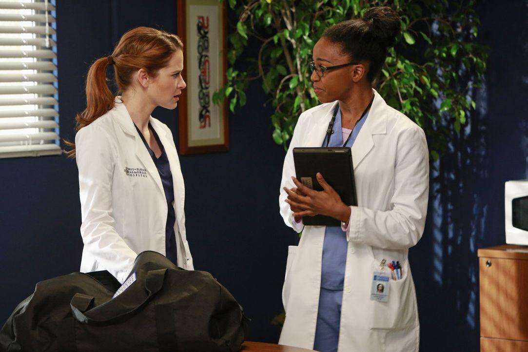 April (Sarah Drew, l.) erkundigt sich nach ihrem Patienten, dessen Mutter sie kennen lernen soll, bei Stephanie (Jerrika Hinton, r.) ... - Bildquelle: ABC Studios
