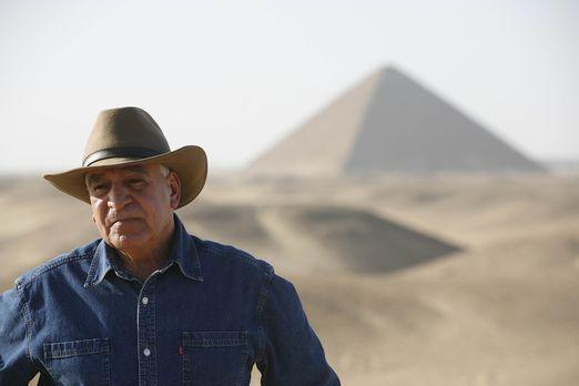 Dr. Hawass überwacht die gefährlichen Restaurationen der Step Pyramide, die ä...