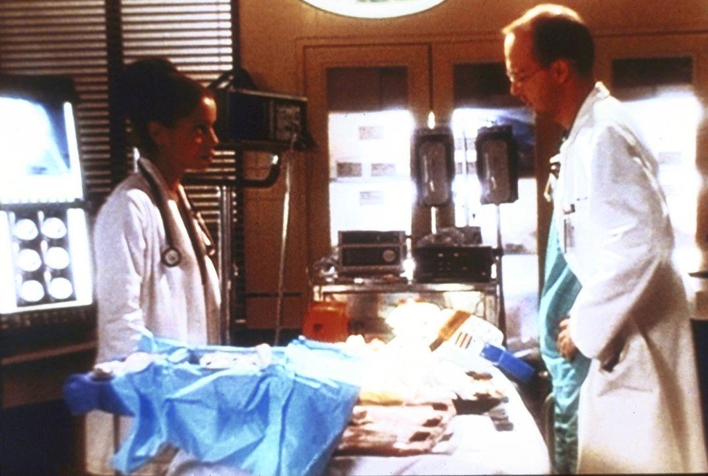 Während der Behandlung ihres Ex-Mannes, wächst in Dr. Greene (Anthony Edwards, r.) der Verdacht, dass auch Jeanie (Gloria Reuben, l.) an Aids erkran... - Bildquelle: TM+  2000 WARNER BROS.