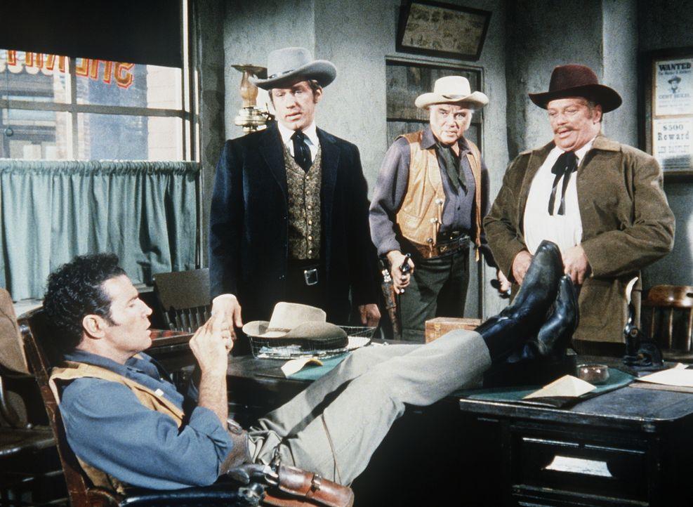 Ben Cartwright (Lorne Greene, 2.v.r.) muss zu seiner Betroffenheit feststellen, dass auch der Sheriff (Philip Kenneally, l.) korrupt ist. - Bildquelle: Paramount Pictures