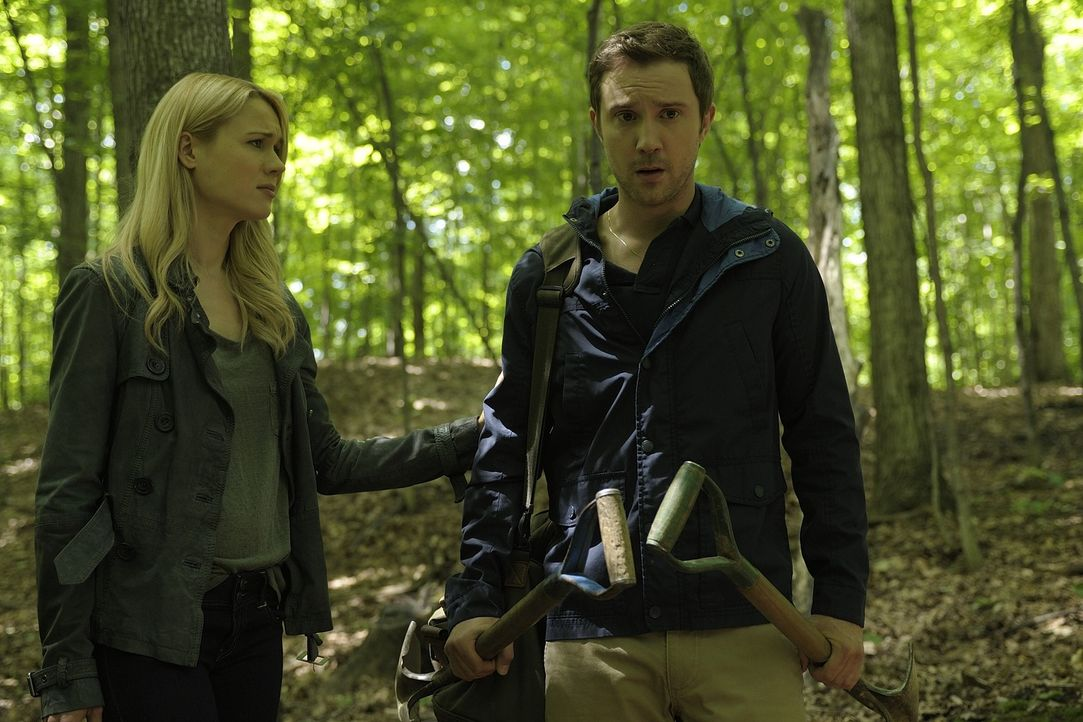Was wird Josh (Sam Huntington, r.) und Nora (Kristen Hager, l.) erwarten, wenn sie die Leiche von Sally ausgegraben haben? - Bildquelle: Phillipe Bosse 2013 B.H. 2 Productions (Muse) Inc. ALL RIGHTS RESERVED.