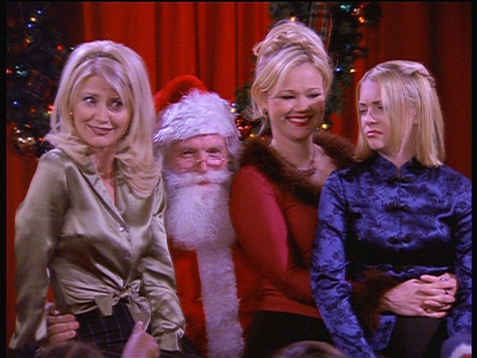 Sabrina (Melissa Joan Hart, r.) feiert mit Zelda (Beth Broderick, l.) und Hilda (Caroline Rhea, 2.v.r.) Weihnachten. - Bildquelle: Paramount Pictures