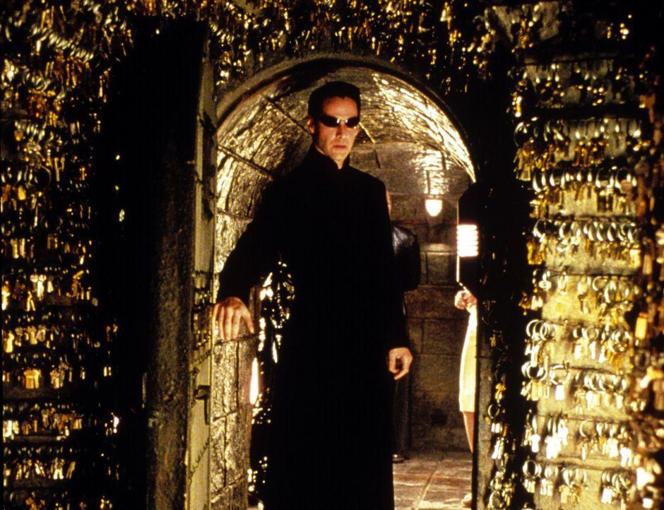 Um seinen Verstand aus den Fesseln der Matrix zu befreien, nimmt Neo (Keanu Reeves) den Kampf gegen die schier unbesiegbaren Mächte des Bösen auf... - Bildquelle: Warner Bros.