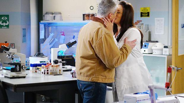 Als Adam (Matt LeBlanc, l.) herausgefunden hat, dass Andi (Liza Snyder, r.) e...