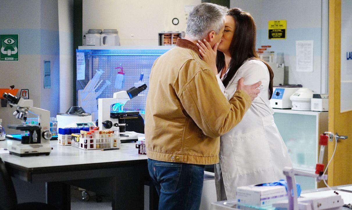 Als Adam (Matt LeBlanc, l.) herausgefunden hat, dass Andi (Liza Snyder, r.) einen Freund bei der Arbeit hat, möchte er ihr beweisen, dass er nicht e... - Bildquelle: Sonja Flemming 2016 CBS Broadcasting, Inc. All Rights Reserved