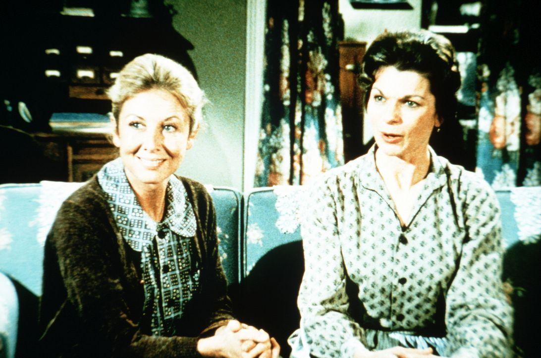 Olivia (Michael Learned, l.) freut sich, als sie hört, dass Corabeth (Ronnie Claire Edwards, r.) und ihr Mann Ike ein Baby adoptieren wollen. - Bildquelle: WARNER BROS. INTERNATIONAL TELEVISION