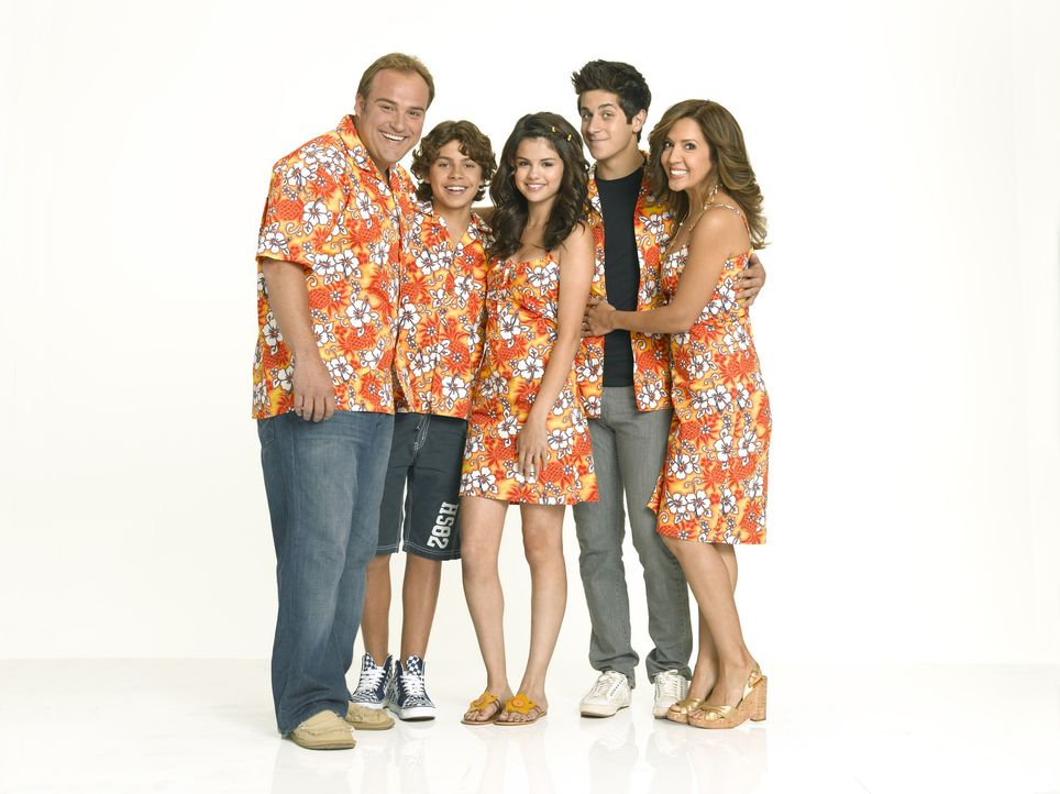 Für die Familie Russo (v.l.n.r.): Jerry (David DeLuise), Max (Jake T. Austin), Alex (Selena Gomez), Justin (David Henrie) und Theresa (Maria Canals... - Bildquelle: 2009 DISNEY ENTERPRISES, INC. All rights reserved. NO ARCHIVING. NO RESALE.