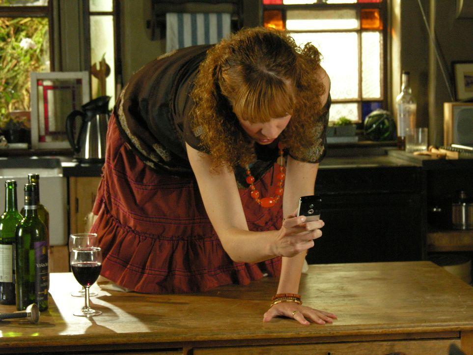 Um alle Bewohner in Portwenn von Doc Martins durchzechter Nacht mit Louisa auf dem Laufenden zu halten, macht Pauline (Katherine Parkinson) sogar ei... - Bildquelle: BUFFALO PICTURES/ITV