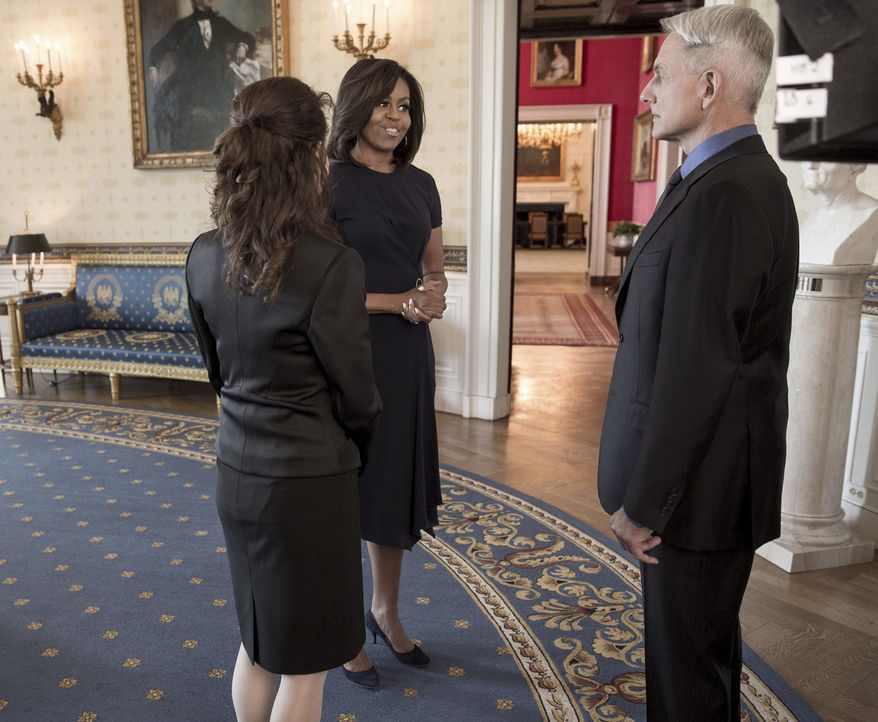Ein ganz besonderer Moment: Gibbs (Mark Harmon, r.) und Mrs. Marshall (Reiko Aylesworth, l.) treffen auf First Lady Michelle Obama (First Lady Miche... - Bildquelle: Jackson Lawrence 2016 The White House / CBS Broadcasting, Inc. All Rights Reserved