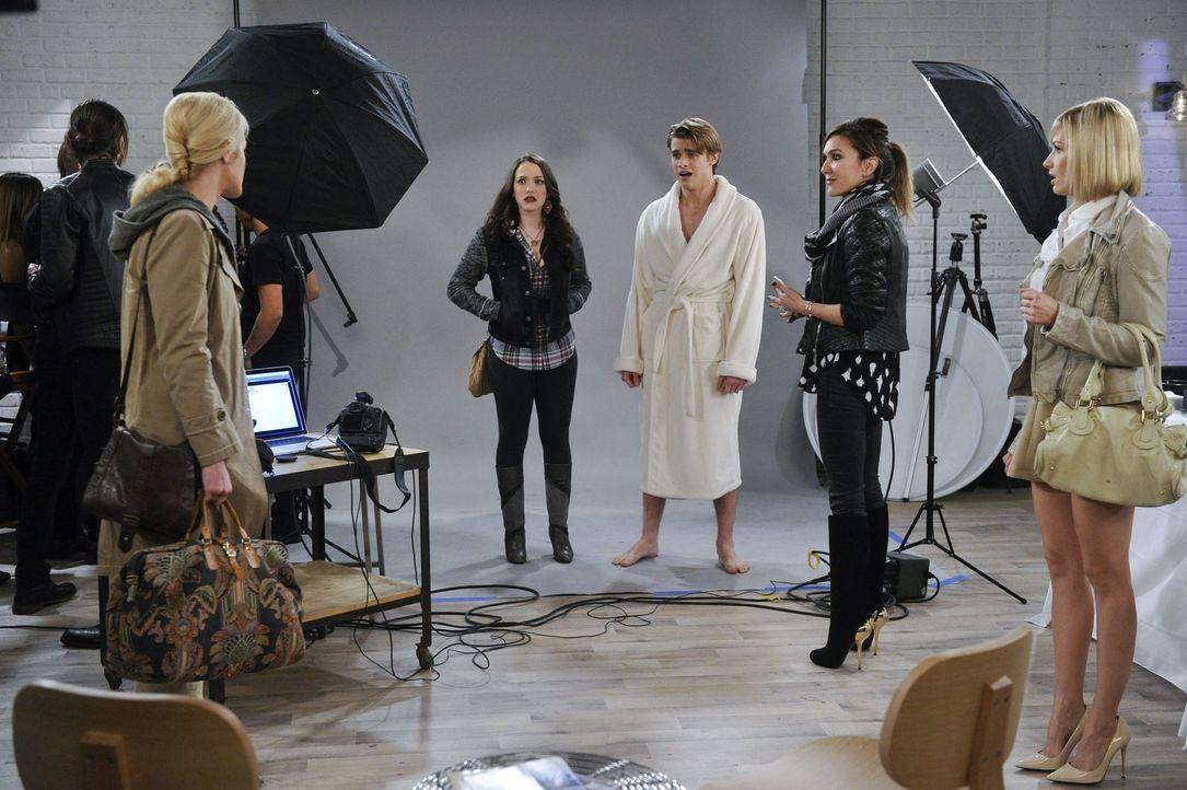 Während Max (Kat Dennings, 2.v.l.) und Caroline (Beth Behrs, r.) versuchen Nash (Austin Falk, M.) zu einer Modelkarriere zu verhelfen, taucht plötzl... - Bildquelle: Warner Bros. Television