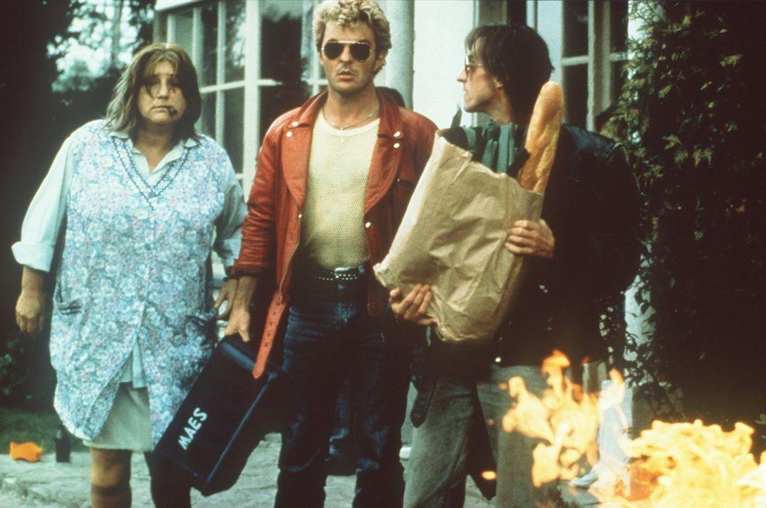 Mutter Flodder (Nelly Frijda, l.) und ihre Söhne Johnnie (Huub Stapel, M.) und Kim (René van't Hof, r.) können überhaupt nicht verstehen, warum... - Bildquelle: Concorde Filmverleih GmbH