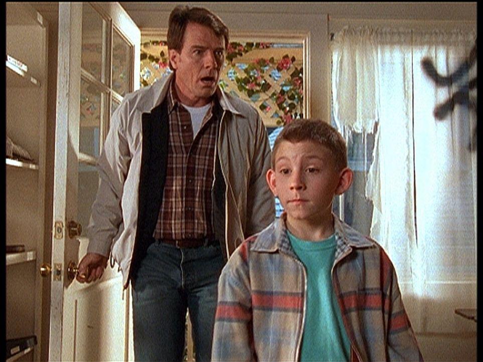 Hal (Bryan Cranston, l.) und Dewey (Erik Per Sullivan, r.) trauen ihren Augen nicht: Was ist hier nur passiert? - Bildquelle: TM +   2000 Twentieth Century Fox Film Corporation. All Rights Reserved.