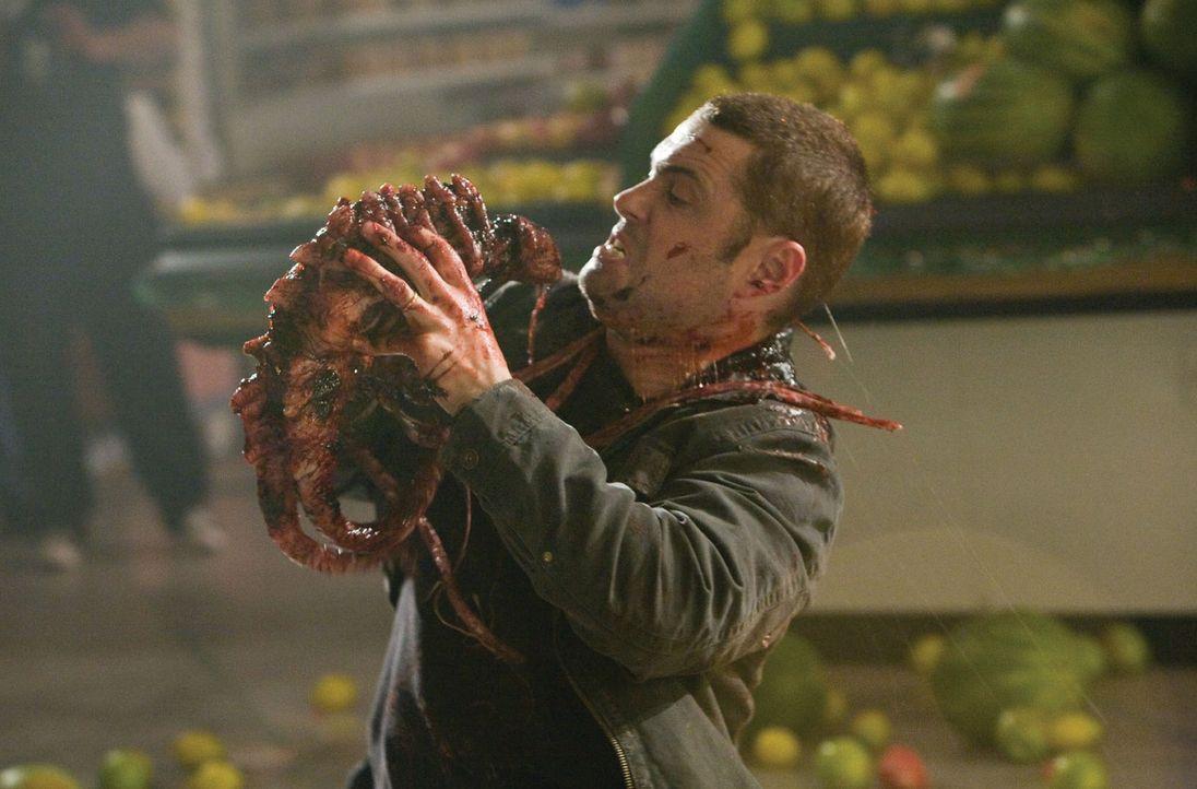 Überall lauern die blutrünstigen Aliens auf Ritter (Carlos Bernard) und seine Männer ... - Bildquelle: 2007 Warner Bros. Entertainment INC.