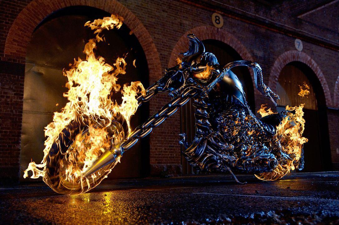 Das ist nennt man wohl eine heiße Maschine! Sein neuer Arbeitgeber, der Teufel, stattet Johnny Blaze mit ein paar netten Accessoires aus ... - Bildquelle: Sony Pictures Television International. All Rights Reserved.