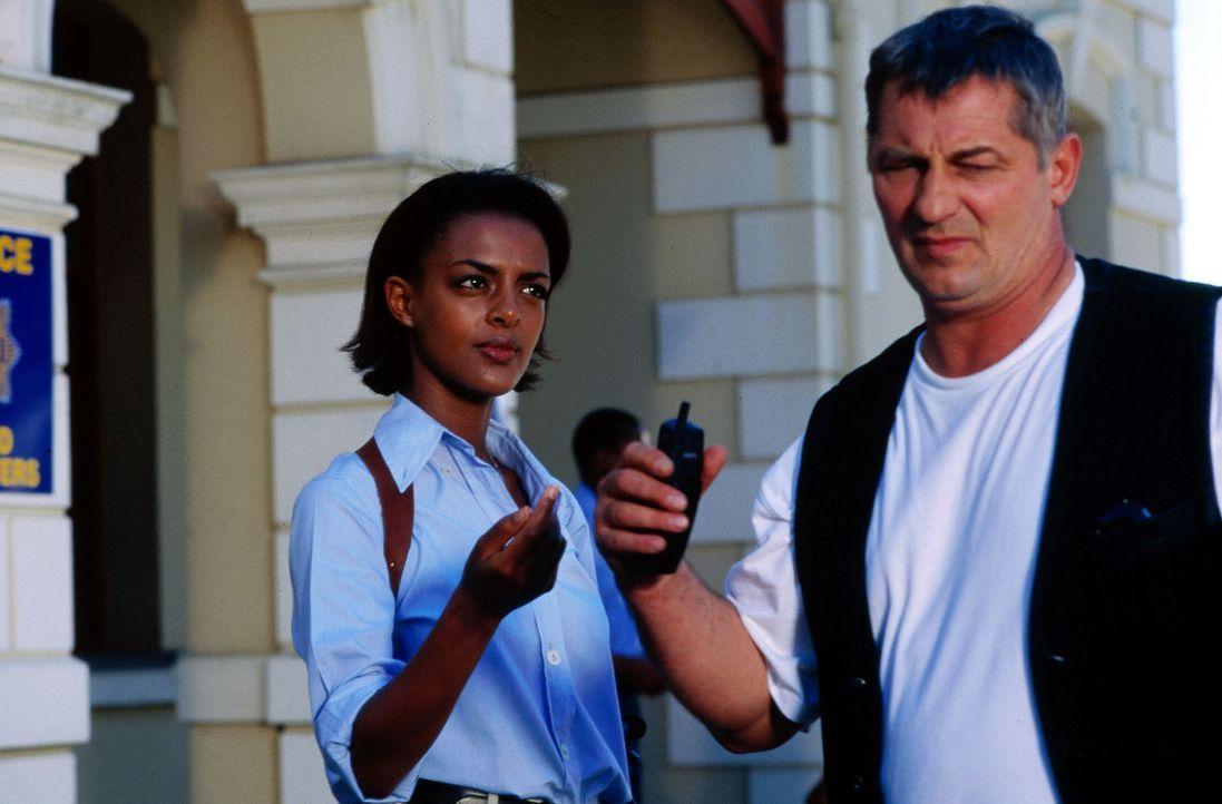 Gemeinsam mit der südafrikanischen Polizistin Moira Dingo (Dennenesch Zoudé, l.) macht sich Stan (Heinz Hoenig, r.) daran, van Straaten und die Mörd... - Bildquelle: Axel Fremmer Sat.1