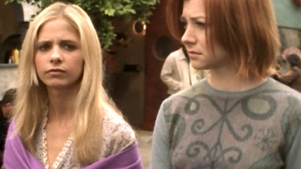Während Buffy (Sarah Michelle Gellar, l.) und Willow (Alyson Hannigan, r.) du...