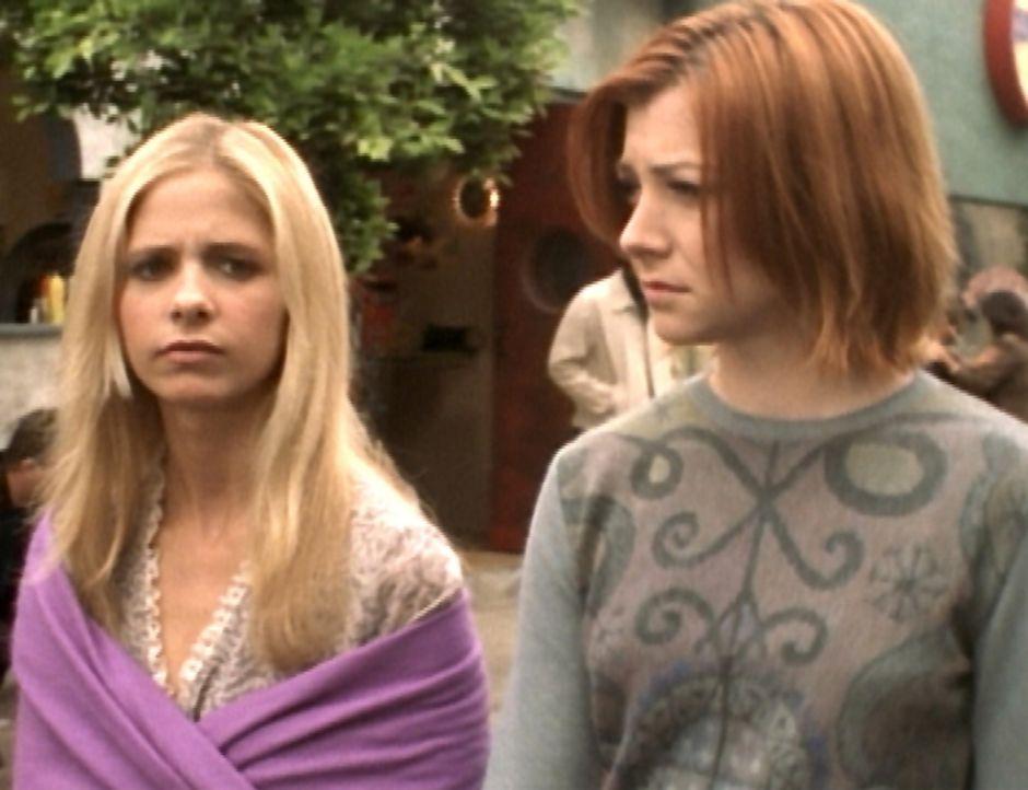 Während Buffy (Sarah Michelle Gellar, l.) und Willow (Alyson Hannigan, r.) durch die Stadt schlendern, bemerken sie, dass auch die anderen Bewohner... - Bildquelle: TM +   2000 Twentieth Century Fox Film Corporation. All Rights Reserved.