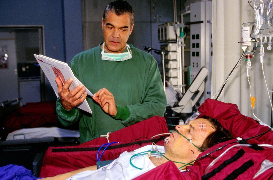 Nach einem Autounfall wird der Witwer Peter Schatz (Dietmar Mues, r.) mit starken inneren Blutungen in die Klinik eingeliefert. Glücklicherweise ist...