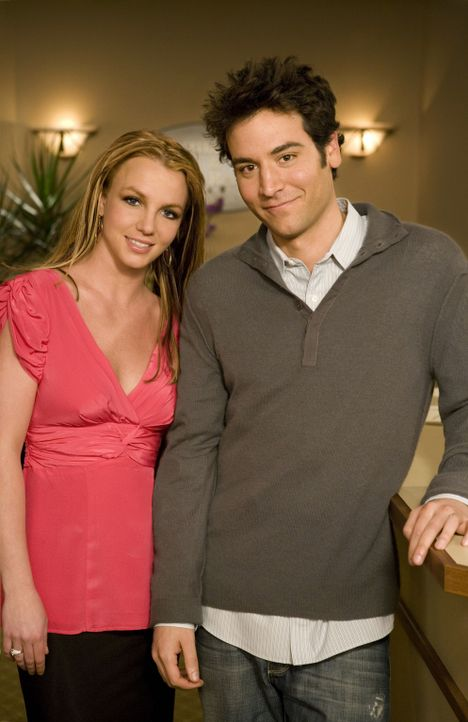 Hinter den Kulissen: Britney Spears (l.) und Josh Radnor (r.) ... - Bildquelle: 20th Century Fox International Television