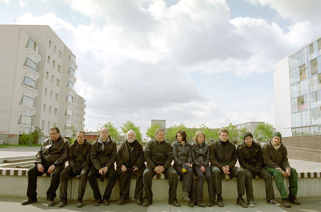 Planen den größten Coup, der jemals zwischen Dresden und Dessau über die Bühne gegangen ist: Ossi (Tim Wilde, 2.v.l.), Georg (Andreas Giebel, .), Ko... - Bildquelle: Universum Film (UFA)