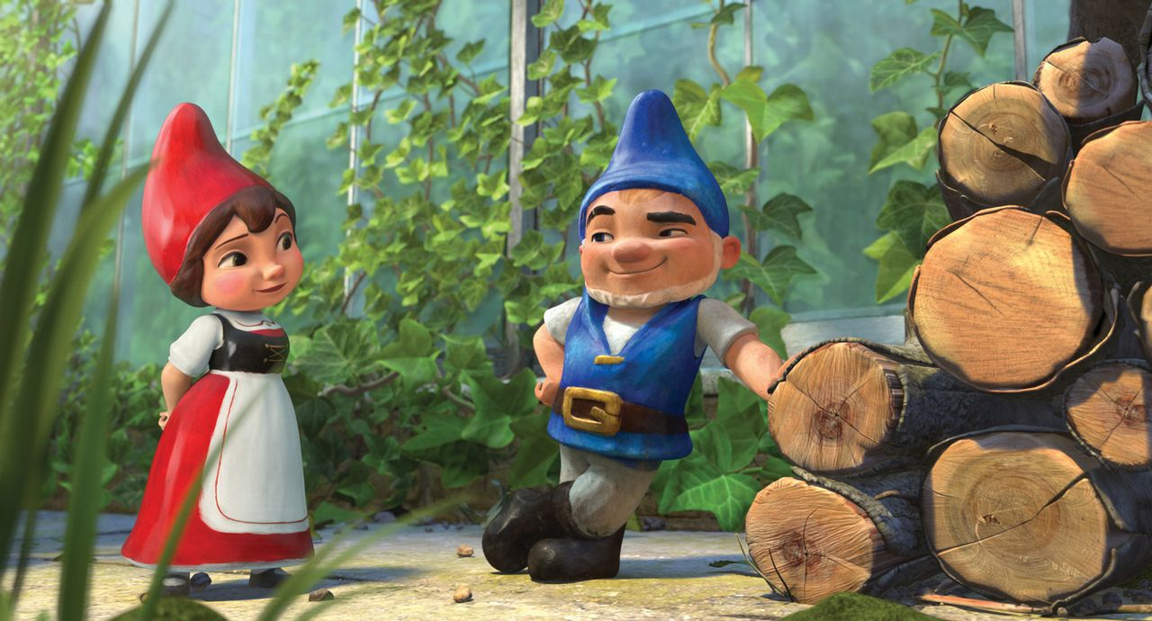 Der blaubezipfelte Gartenzwerg Gnomeo (r.) verliebt sich ausgerechnet in die rotbezipfelte Julia (l.) ... - Bildquelle: Touchstone Pictures,   Miramax Film NY, LLC. All rights reserved