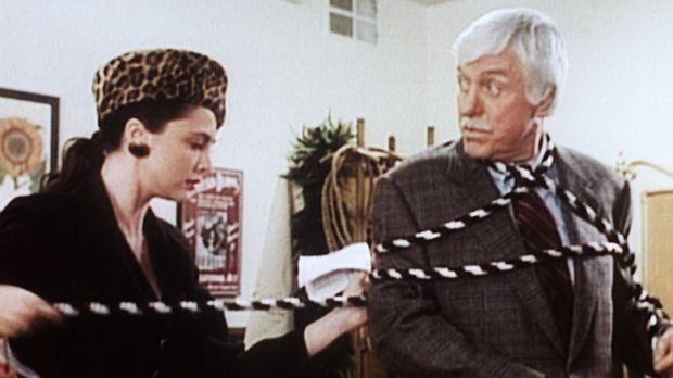 Dr. Sloan (Dick Van Dyke, r.) wird von der Zauberkünstlerin Cleo (Emma Samms,...