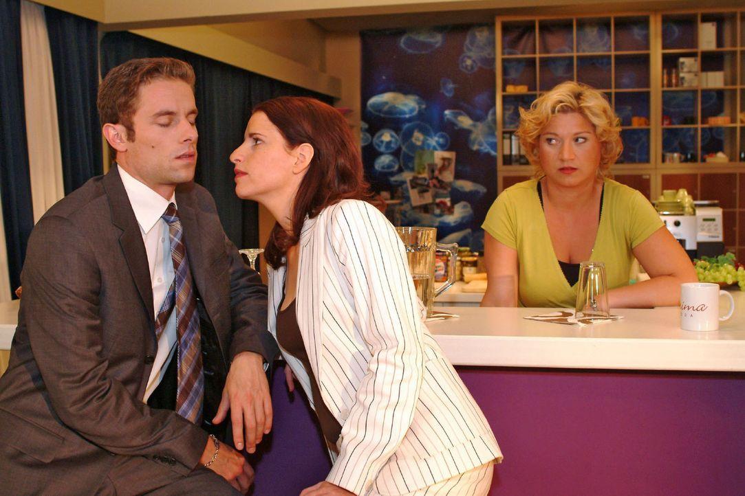 Unter Agnes' (Susanne Szell, r.) strafendem Blick versucht Inka (Stefanie Höner, M.) mit Max (Alexander Sternberg, l.) zu flirten. - Bildquelle: Monika Schürle Sat.1