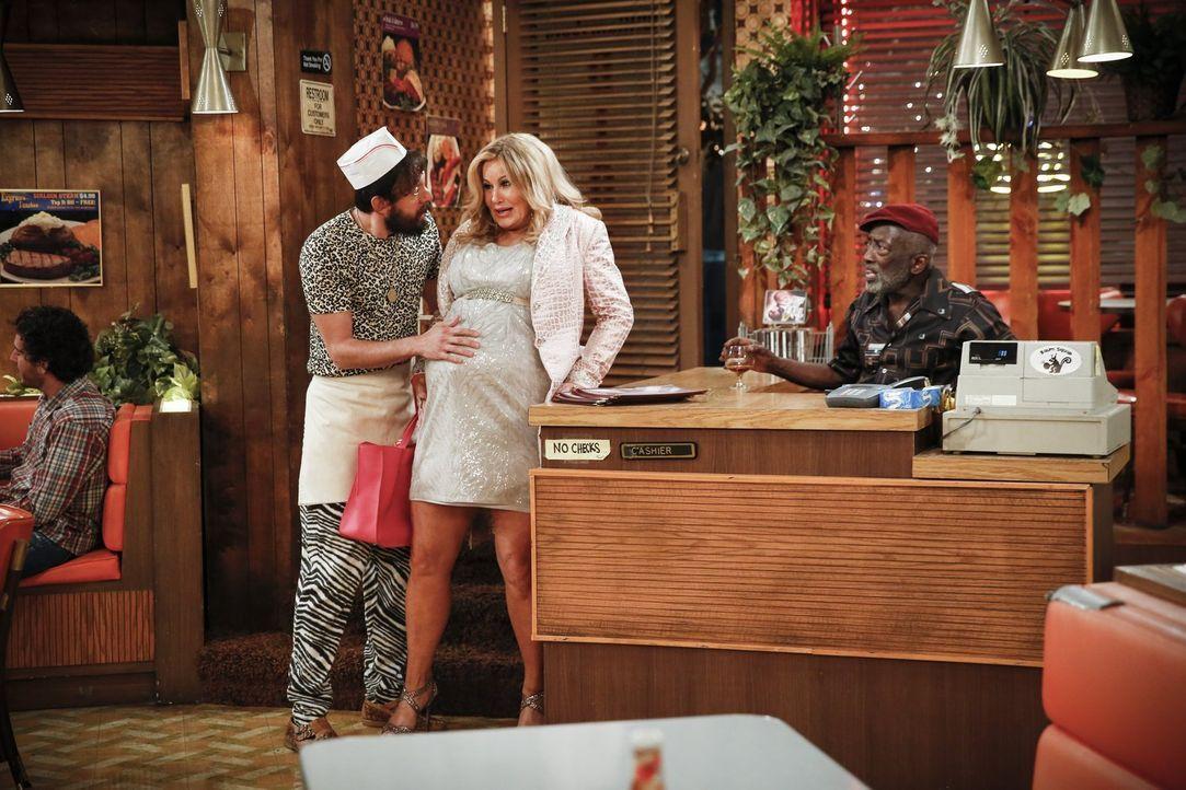 Oleg (Jonathan Kite, l.) und Sophie (Jennifer Coolidge, M.) bereiten sich auf die baldige Geburt ihres Kindes vor, während Earl (Garrett Morris, r.)... - Bildquelle: Warner Bros. Television