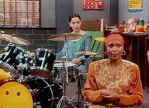 Bill Cosby Show - Rebecca (Suzzanne Douglas, r.) tut so, als sei sie ein vier...