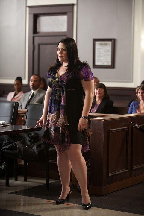 Jane (Brooke Elliott) ist außer sich vor Wut: Beim Einkaufsbummel muss sie feststellen, dass in einer schicken Edelboutique keine Kleidung in Über... - Bildquelle: 2009 Sony Pictures Television Inc. All Rights Reserved.
