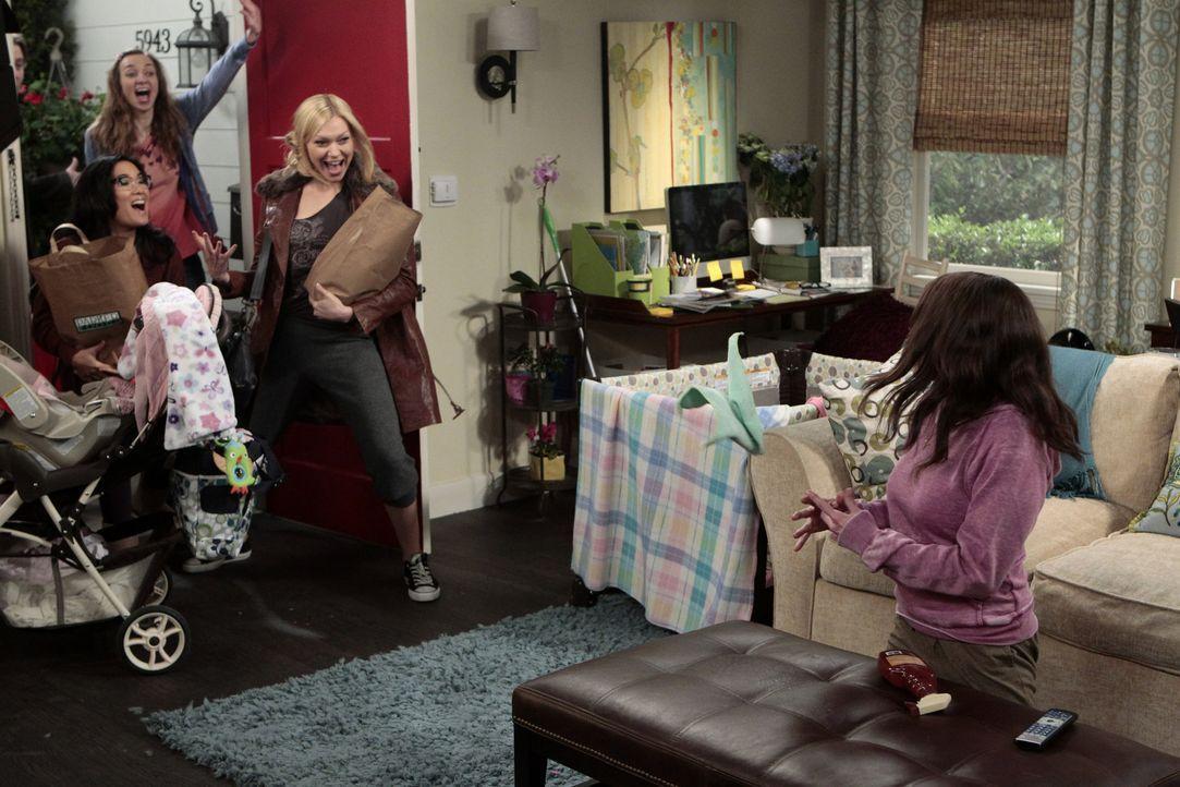 Sloane (Chelsea Handler, r.) hat Geburtstag und Chelsea (Laura Prepon, 2.v.r.), Olivia (Ali Wong, l.) und Dee Dee (Lauren Lapkus, 2.v.l.) wollen ihr... - Bildquelle: Warner Bros. Television
