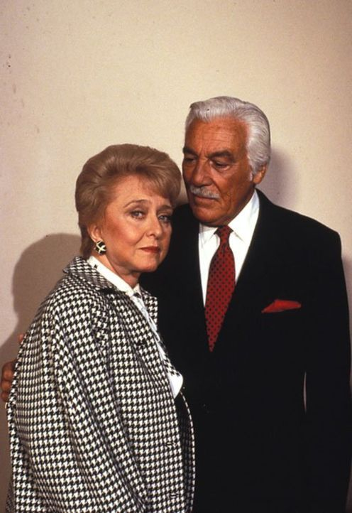 (5. Staffel) - Verbünden sich Anna (Celeste Holm, l.) und Peter Stavros (Cesar Romero, r.) gegen Angela? - Bildquelle: 1985   Warner Brothers