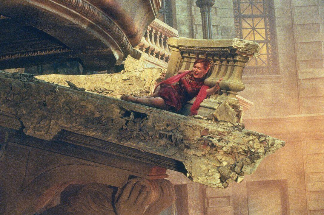 Auch Mary Jane Watson (Kirsten Dunst) ist vor dem grünen Kobold nicht sicher, denn der hat es auf alles abgesehen, was Spider-Man am Herzen liegt ... - Bildquelle: 2003 Sony Pictures Television International