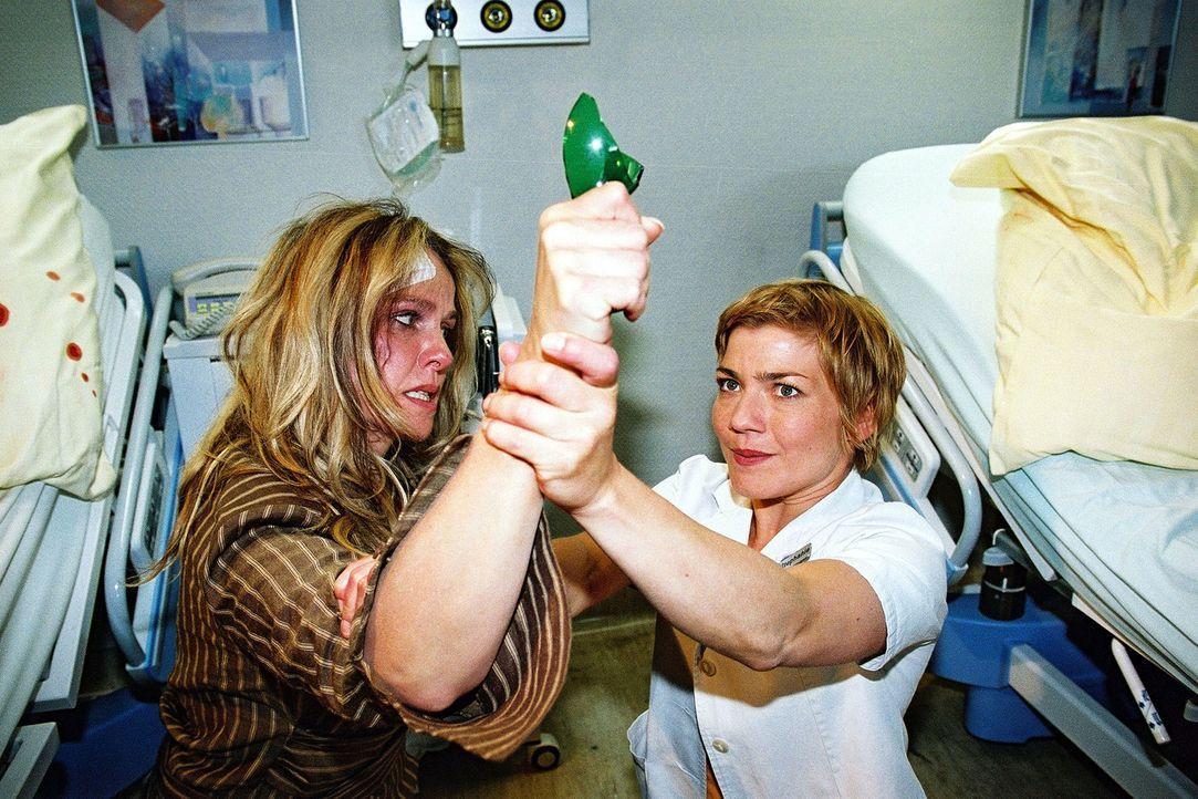 Stephanie (Claudia Schmutzler, r.) muss all ihre Kräfte aufbieten, um Rotti Kramer (Claudia Messner, l.) von einem Selbstmordversuch abzuhalten ... - Bildquelle: Monika Schürle Sat.1