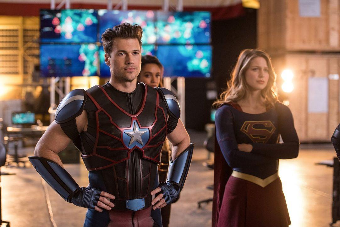 Verändern, bei ihrem Versuch die Aliens aufzuhalten, nicht nur die Zeitschiene: Nate alias Steel (Nick Zano, l.) und Kara alias Supergirl (Melissa B... - Bildquelle: Warner Brothers