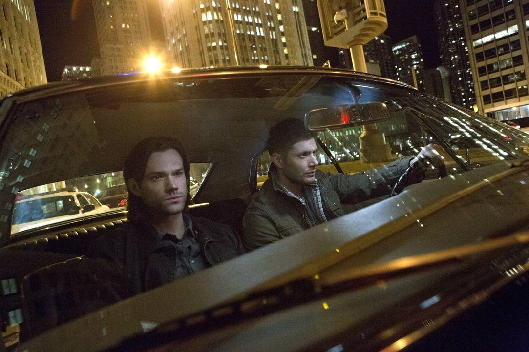 Sam (Jared Padalecki, l.) und Dean (Jensen Ackles, r.) machen sich auf den Weg nach Chicago und entdecken dort eine ganz spezielle Untergrund-Gesell... - Bildquelle: 2013 Warner Brothers