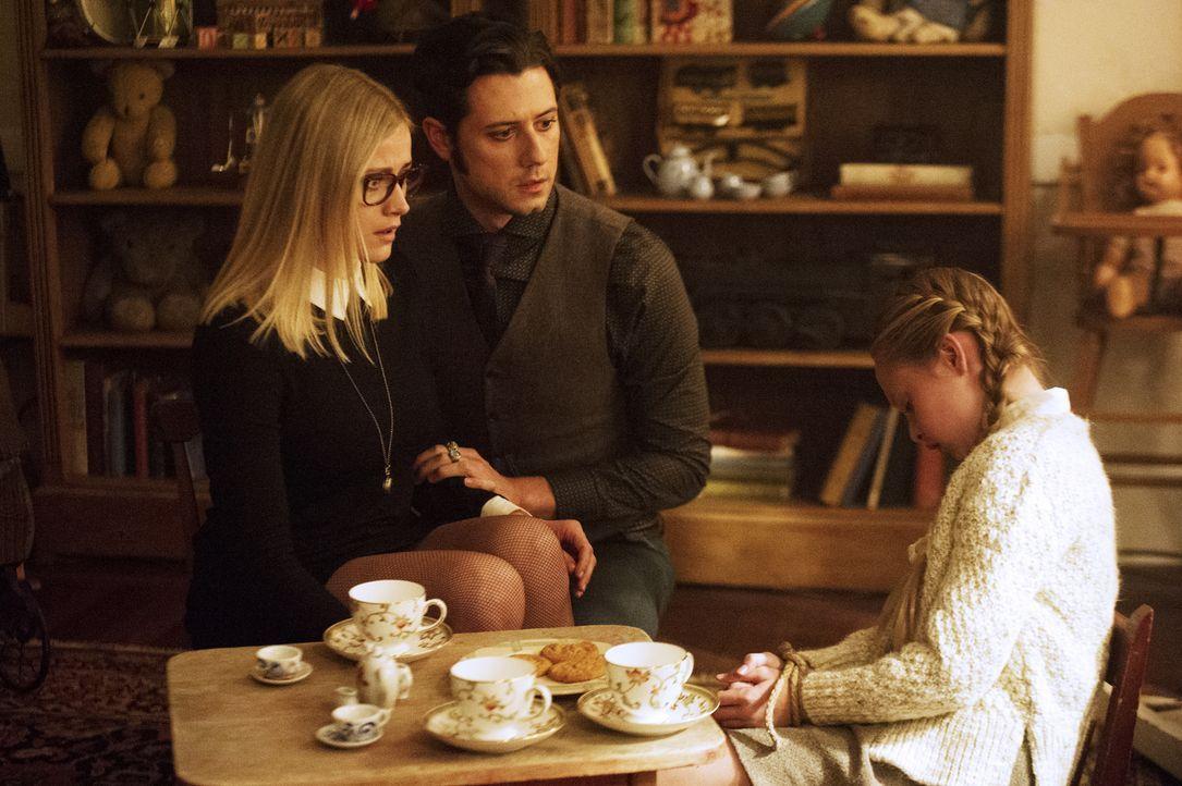 Während Alice (Olivia Taylor Dudley, l.) und Eliot (Hale Appleman, M.) in der Zeitschleife der toten Beatrix (Sibyl Gregory, r.) gefangen sind, find... - Bildquelle: 2015 Syfy Media Productions LLC. ALL RIGHTS RESERVED.